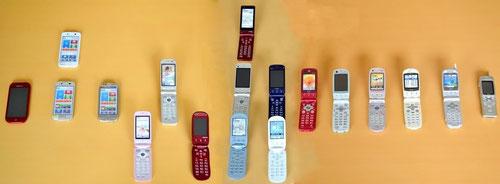 らくらくホン実機-右が初号機で時代順に並ぶ-左が最新機種-らくらくスマートフォン