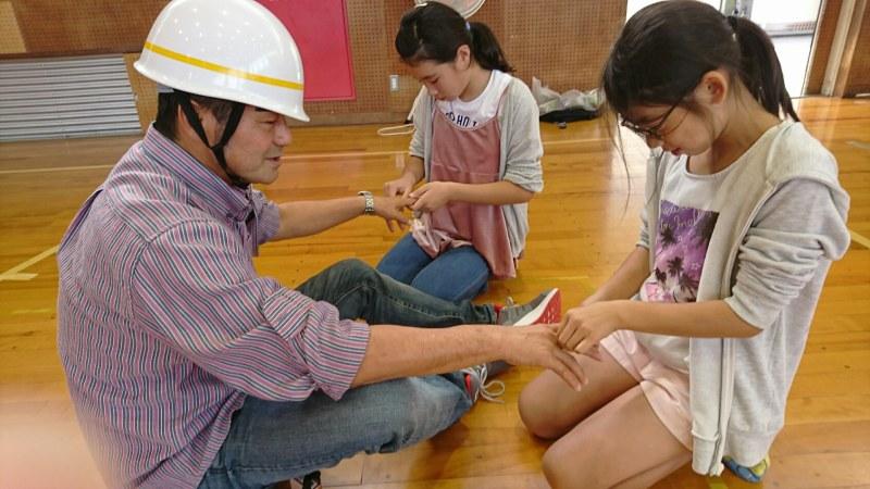 愛知県一色中部小学校でのハンドセラピーの様子