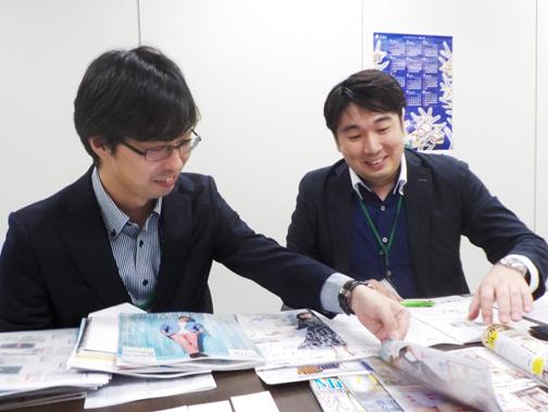 カタログの実物を使ってわかりやすく説明くださる田村氏と高橋氏
