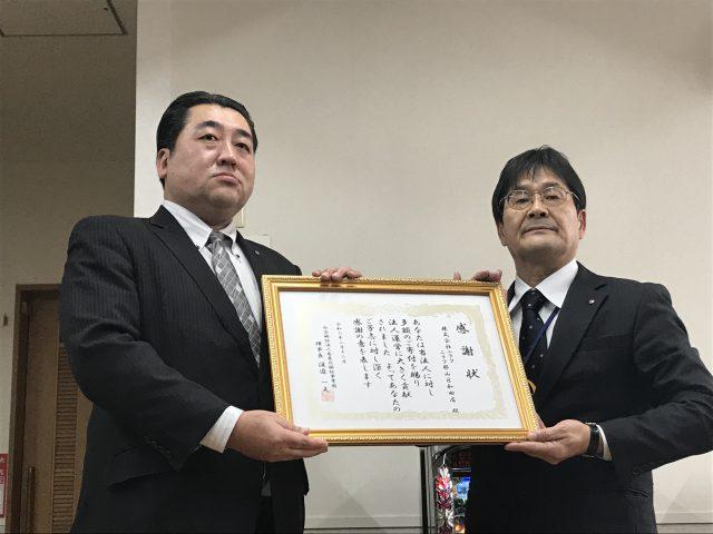 株式会社ニラク遠藤営業部長(左)と総合南東北福祉センター菊地常務理事(右)