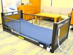 寝台を床面まで下げることが可能な「超低床フロアーベッド」。