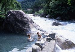 近年は日本の温泉を旅行目的のひとつにしている外国人旅行者が増えている-写真は岐阜県高山市-奥飛騨温泉郷の-新穂高の湯